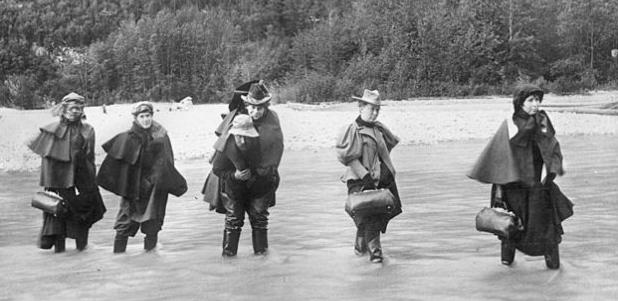 Un gruppo di attrici che attraversa il fiume Dyea (Immagine di credito Getty / Hulton AP)